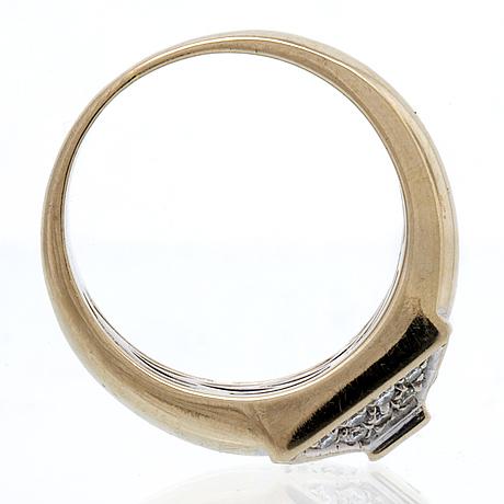 Ring 18k vitguld med 1 princesslipad diamant och briljanter ca 0,40 ct totalt, bredaste del ca 10 mm.