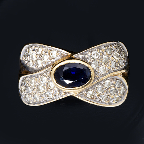 Ring 18k gold 1 sapphire apprx 7 x 4 mm and brilliant-cut diamonds approx 0,40 ct in total.