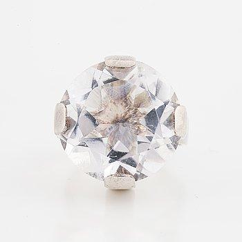 Ring, silver med rund fasettslipad bergkristall.