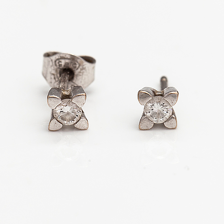 A pair of 14k white gold earrings with diamonds ca. 0.19 ct in total.