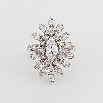 Ring i vitguld och diamanter, blomma.