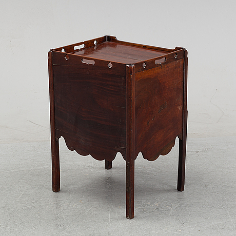 A mahogany bedside table from around the year 1900.