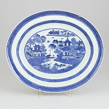 A large oval shaped serving dish, Qing dynasty, Jiaqing (1796-1820).