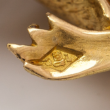 An 18k gold brooch in the form of a duck with an emerald and diamonds ca. 0.065 ct in total. french halmmarks.