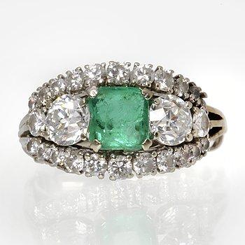 Ring 18K vitguld med 1 smaragd och gammalslipade briljanter och briljanter ca 1 ct.
