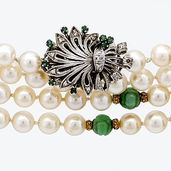 Neclcae, cultured pearls approx 7 mm, jadeite, goldbeads, clasp 18>K whitegold with emeralds and single-cut diamonds.