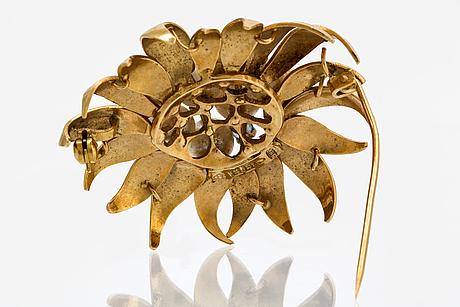 Brosch 18k guld med odlade pärlor ca 7 mm och safirer, bredd ca 4,5 cm, sengels guldsmedja stockholm 1973.