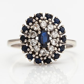A 14K white gold ring with diamonds ca. 0.30 ct in total and sapphires. Tmi Hyvärinen M., Turku 1989.