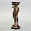Piedestal, majolika, nyrenässansstil, omkring år 1900.