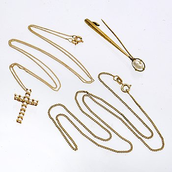 3 lots of jewellery, 1 pearl-pendant and chain, gilded chain and 1 brooch 14K gold blister-pearl, total weight 10,3 g.
