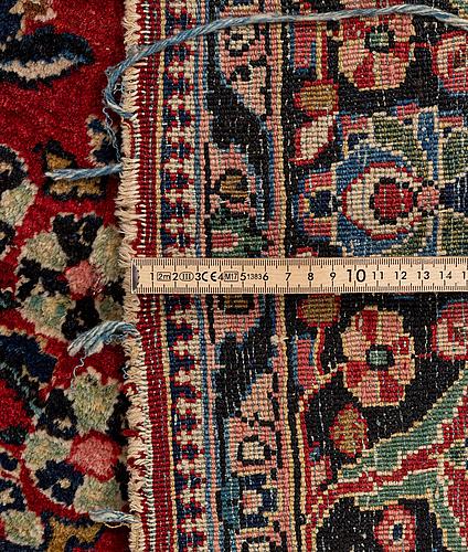 Matta, semiantik sarouk, ca 268 x 295 cm.