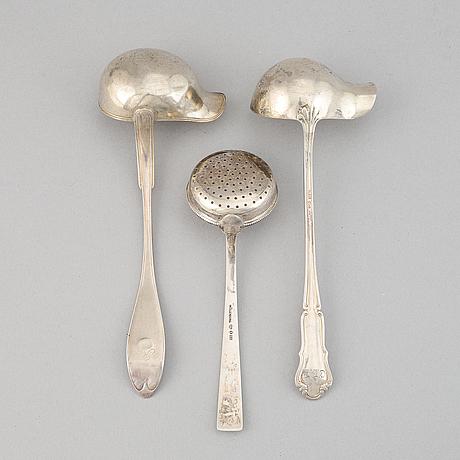 Såsskedar, 2 st, samt strösked, silver, bl.a. gustaf möllenborg, stockholm, 1897.