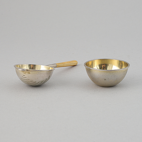 A silver and wood tea strainer by wiwen nilsson, lund, 1932.