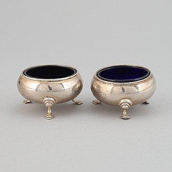 Saltkar, ett par snarlika, silver, olika mästare, bl.a. E.S.Barnsley & Co. Ltd., Birmingham, 1913.
