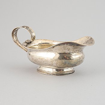 A silver sauce bowl by G H Markenius, Stockholm, 1937.