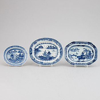 Three blue and white export porcelain butter tureen dishes, Qing dynasty, Qianlong (1736-95).