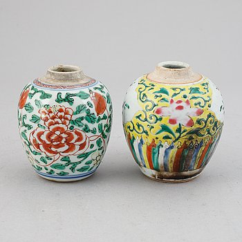 Two famille verte and famille rose tea caddies, Qing dynasty, 18th century.