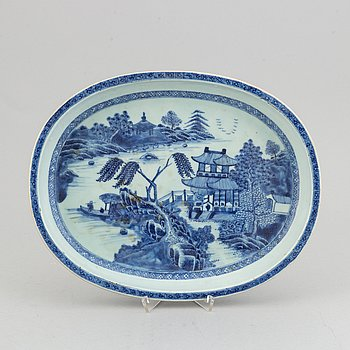 An oval blue and white serving dish, Qing dynasty, Qianlong (1736-95).