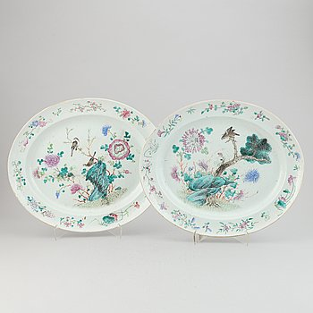Two large serving dishes, Qing dynasty, 19th Century.