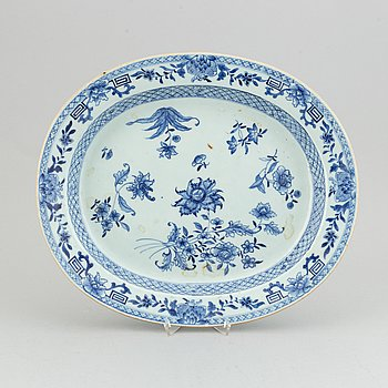 A blue and white tureen stand, Qingdynasty, Qianlong (1736-95).