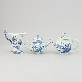Two blue and white tea pots with cover and a milk jug, Qing dynasty, Qianlong (1736-95).