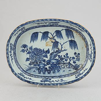 A blue and white oval serving dish, Qing dynasty, Qianlong (1736-95).
