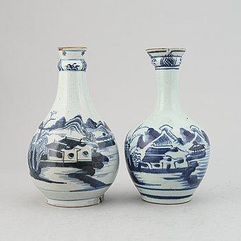 Flaskor, två stycken, kompaniporslin. Qingdynastin, sent 1700-tal.