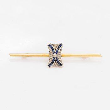 Brosch i guld med små gammalslipad diamanter och calibrelipade safirer.