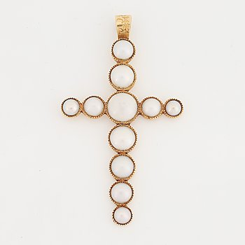 18K gold and pearl cross pendant.