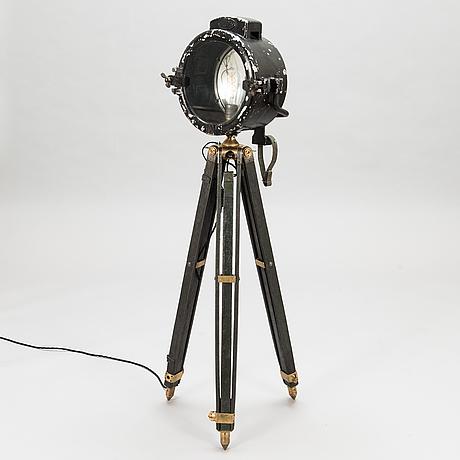 Golvlampa, bestående av olika delar från 1900-talet.