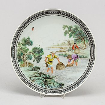 A Chinese famille rose dish, second half of the 20th century.
