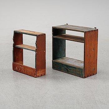 Vägghyllor, två stycken, allmoge, 1800-talets mitt.