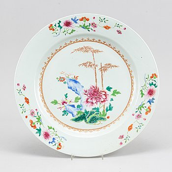 A famille rose export porcelain serving dish, Qing dynasty, Qianlong  (1736-95).