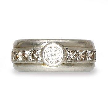 Ring platina med 1 briljant och princesslipade diamanter ca 1,70 ct totalt, total vikt 32,0 g.