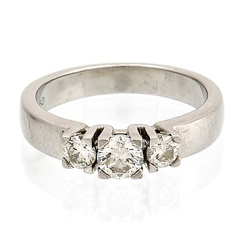 Ring  platina med 3 briljanter ca 0,70 ct totalt, totalvikt 7,5 g, storlek ca 17/53.