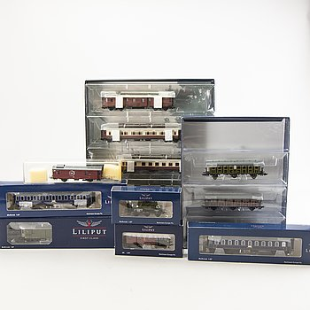 1 locomotive, 3 carsets and 26 cars.