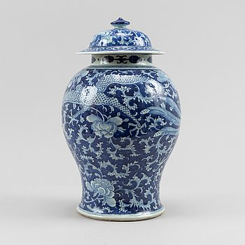 A blue and white jar with cover, Qing dynasty, 19th Century.