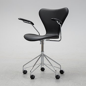 A 'Serie 7' swivel office chair by Arne Jacobsen for Fritz Hansen.