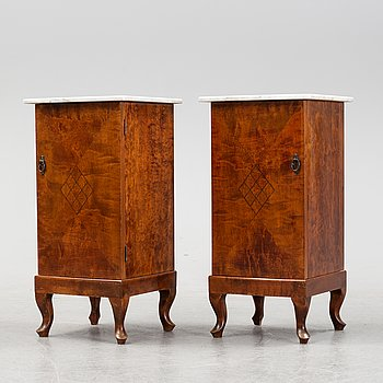 A pair of mahogany veneered bedside tables, around the year 1900.