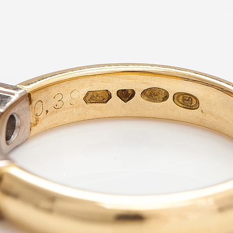 Sormus, 18k kultaa, princesshiottuja timantteja n. 0.39 ct yht. kultakeskus, tampere 2007.