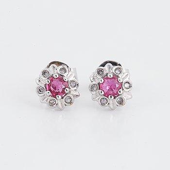 Örhängen vitguld med rubiner och diamanter.