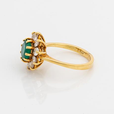 Ring carmoséring med smaragd och krans av briljanter.