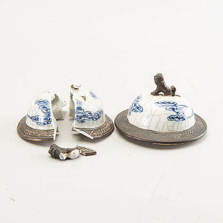 A pair of chinese porcelain urns around 1900.