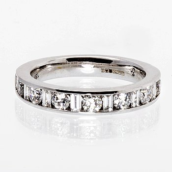 Ring 18K whitegold brilliant and baguette-cut diamonds approx 0,75 ct TW/VS-SI.