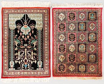 Mattor, 2 st, silke, stlk 79x57 och bönematta 81x56 cm.