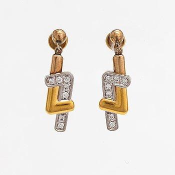 Örhängen, 18K guld, platina och diamanter ca 0.32 ct tot.