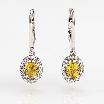 A pair of 18K white gold earrings with diamonds ca. 0.34 ct in total and yellow sapphires ca 2.00 ct in total.