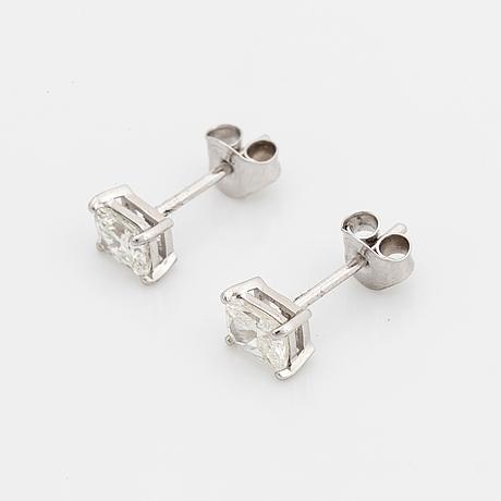 Örhängen med radiantslipade diamanter totalt 1,01 ct, med gia dossier.