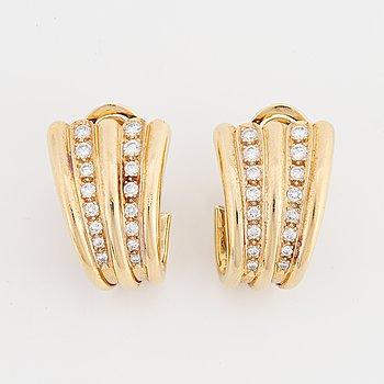 Örhängen guld med briljantslipade diamanter.