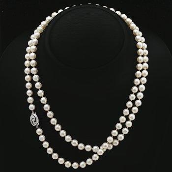 Pärlhalsband, odlade pärlor ca 7 mm lås i 18K vitguld med  1 briljant och diamanter 8/8, längd ca 95 cm.